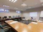 Sala szkoleniowa ze stanowiskami komputerowymi